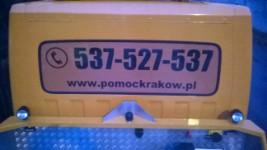 Reklama na szybie samochodowej